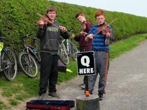 Местные мальчики у курганов Брю-на-Бойне играют традиционную музыку