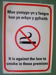 Надпись на двери отеля убеждает вас не курить на валлийском (сверху) и на английском (внизу)